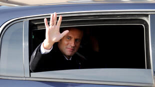 Когда 4 декабря в городке Ле-Пюи-ан-Веле президент опустил стекло автомобиля, чтобы поприветствовать толпу, нанего обрушился шквал ругательств.