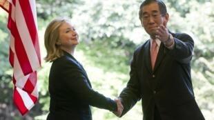 Hillary Clinton avec son homologue japonais Takeaki Matsumoto à Tokyo, le 17 avril 2011.