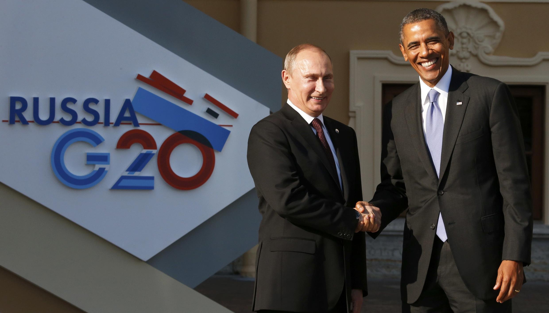 Tổng thống Nga  Vladimir Putin (T) đón tổng thống Mỹ Barack Obama tham dự Hội nghị Thượng đỉnh G20, ngày 05/09/2013 tại  St. Petersbourg.