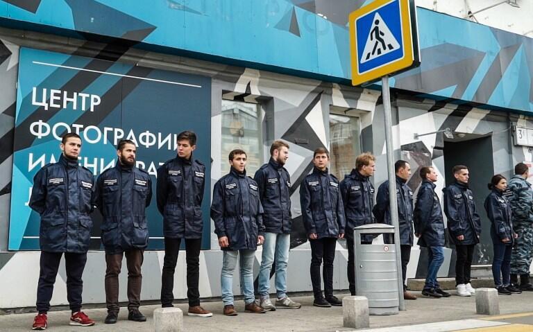 Группа активистов организации «Офицеры России» заблокировала Центр фотографии имени братьев Люмьер, где открылась выставка Джока Стерджеса «Без смущения», Москва, 25 сентября 2016.