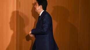 Shinzo Abe camina por el vestíbulo de la residencia oficial del primer ministro japonés, el 24 de marzo de 2020 en Tokio
