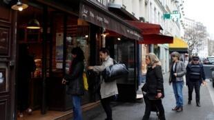 Parisienses só poderão sair de casa para comprar alimentos e remédios, de acordo com as medidas de confinamento adotadas pelo governo.