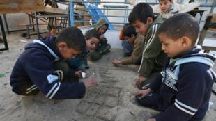 Des enfants palestiniens jouent au milieu des ruines d'une école de Rafah, au sud de Gaza, le 7 janvier 2009.