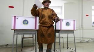 Một cử tri Mông Cổ trong bộ đồ truyền thống đi bầu cử tổng thống ngày 26/6/2013.