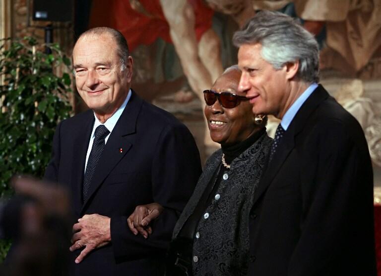 دومینیک دوویلپن، نخست وزیر وقت (راست)، ماریز کنده و ژاک شیراک، رئیس جمهوری وقت فرانسه، ژانویه ۲۰۰۶