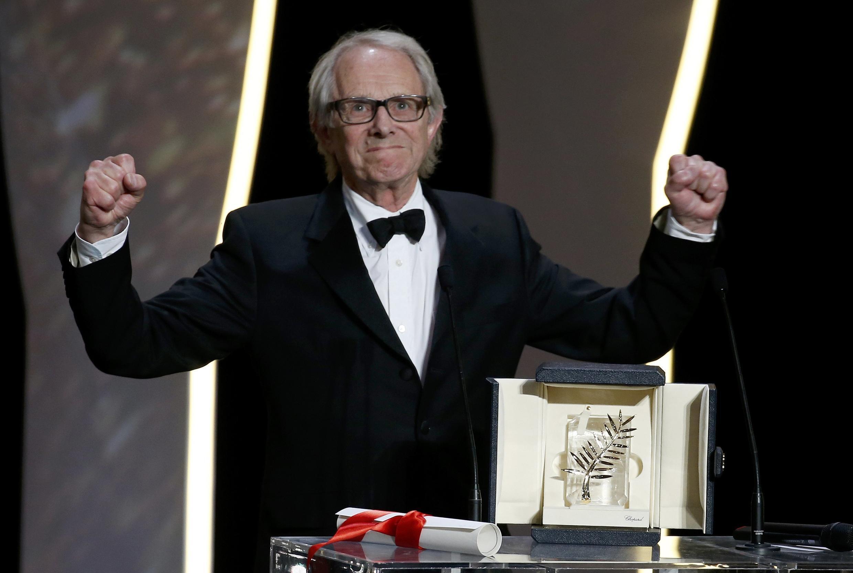 O diretor Ken Loach vibra ao receber a Palma de Ouro de melhor filme no 69° Festival de Cannes.