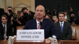 گوردون ساندلند، سفیر آمریکا در اتحادیه اروپا روز چهارشنبه ۲۰ نوامبر در جلسه علنی تحقیقات استیضاح دونالد ترامپ در مجلس نمایندگان آمریکا