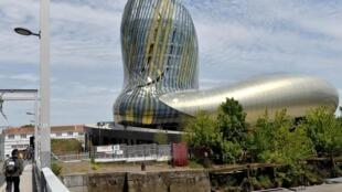 """Su forma ondulada y moderna evoca """"un líquido"""", según los arquitectos del estudio XTU."""