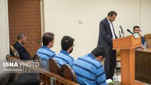 """پس از درخواست قوه قضائیه ایران و با دستور علی خامنهای، رهبر جمهوری اسلامی برای محاکمه """"مفسدان"""" و """"اخلاگران"""" اقتصادی، نخستین جلسه رسیدگی به اتهامات ۳ نفر از آنان روز یکشنبه ۲۶ اوت/ چهارم شهریور برگزار شد."""