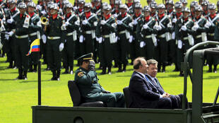 El presidente Juan Manuel Santos, el ministro de la defensa Luis Carlos Villegas y el general Juan Pablo Rodríguez (atrás) durante una ceremonia en la escuela militar José María Córdoba, Bogotá, 24 de junio de 2015.