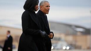 奧巴馬和夫人等待空軍一號前往芝加哥發表告別政壇演說