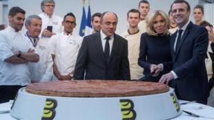 """Tổng thống Pháp Emmanuel Macron, cùng phu nhân Brigitte, trong lễ cắt bánh """"Galette des Rois"""" truyền thống tại điện Elysée, ngày 11/01/2019."""