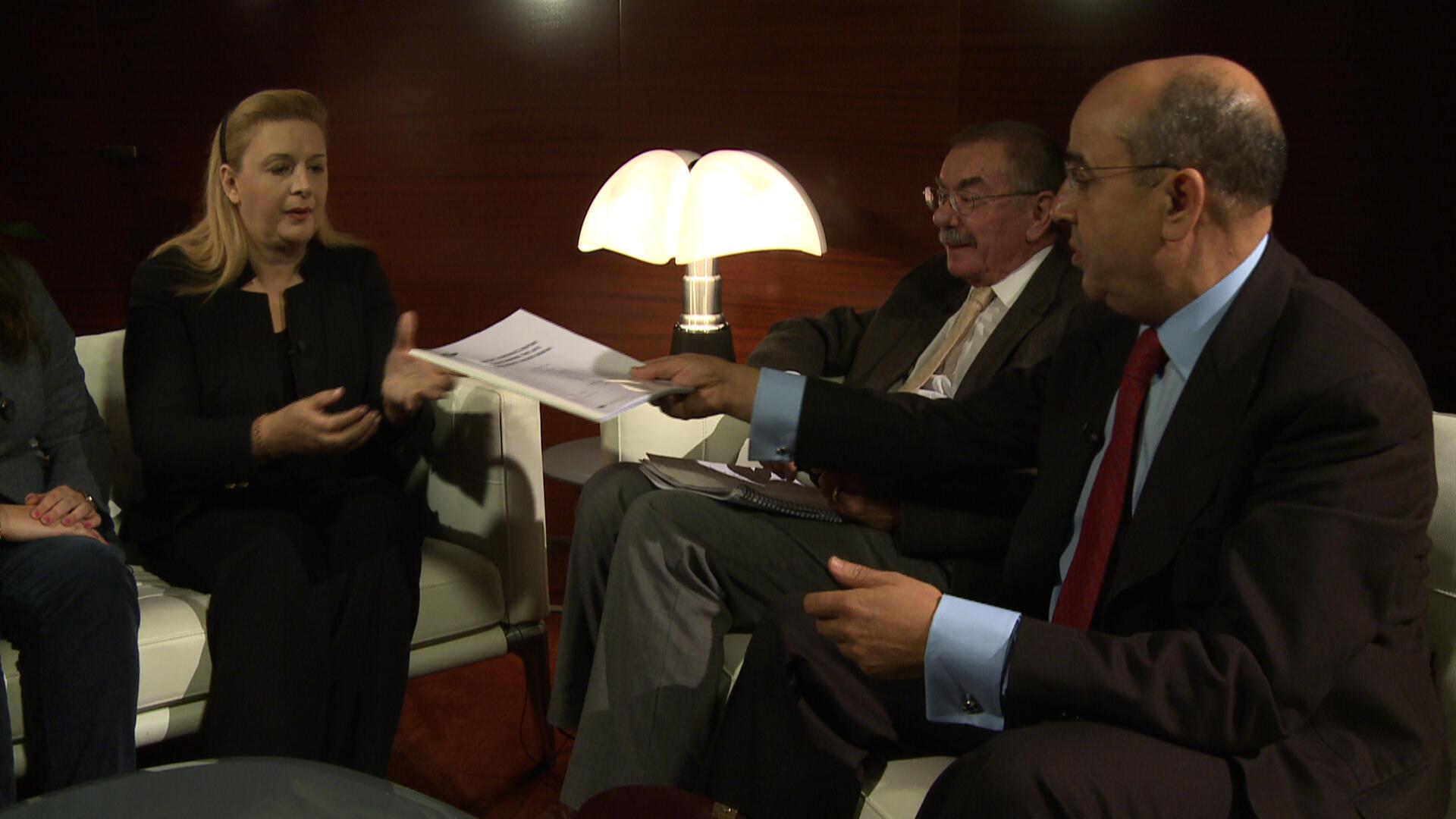 Các chuyên gia trao cho bà Souha Arafat báo cáo kết quả phân tích chất độc