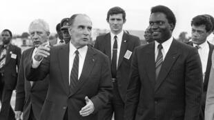 François Mitterrand (izq) habla con Juvenal Habyarimana a su llegada a Kigali para una visita a Ruanda, el 10 de diciembre de 1984
