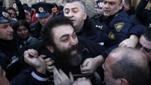 Задержание одного из участников драки перед патриархатом