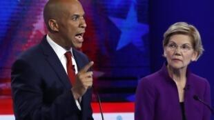 Le sénateur Cory Booker et la sénatrice Elizabeth Warren, le 26 juin à Miami en Floride, lors du premier débat télévisé des démocrates, candidats à l'élection présidentielle américaine de 2020.
