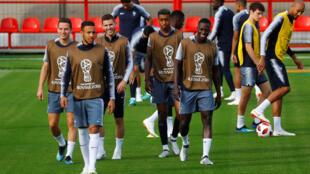 Đội tuyển Pháp trong buổi tập luyện cuối ngày 14/07/2018 trước trận chung kết Cúp Bóng đá Thế giới 2018 tại Matxcơva, Nga. Từ trái qua phải : Florian Thauvin, Corentin Tolisso, Lucas Hernandez, Presnel Kimpembe và Benjamin Mendy.