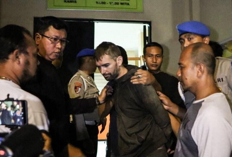 Le Français Félix Dorfin, encadré par des forces de l'ordre indonésiennes après son arrestation, le 2 février 2019.