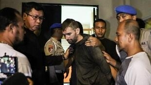 Frenchman Felix Dorfin (C) is under escort after escaping from jail in Mataram on the holiday island of Lombok on February 2, 2019.