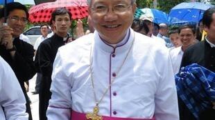 Đức Cha Phaolô Nguyễn Thái Hợp được đón tiếp tại Vinh ngày 27/5.
