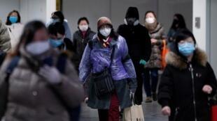 População usando máscaras em estação de metrô de Xangai, na China, em meio à epidemia do COVID-19.