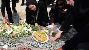 En Iran, parents et amis enterrent une victime des violences du lundi 15, Téhéran le 17juin 2009.