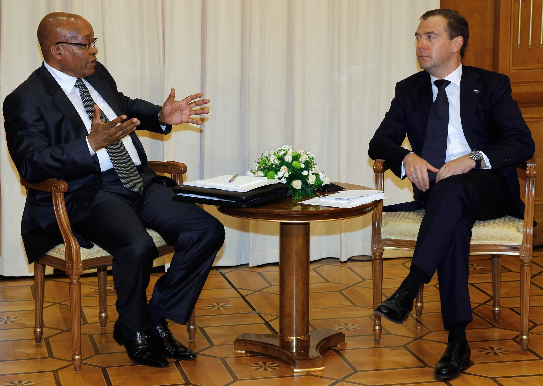 Дмитрий Медведев беседует с президентом Южной Африки Джейкобом Зумой. Сочи 04/07/2011