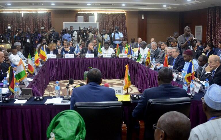 Vue générale de la réunion de Niamey entre quatre pays européens et neuf pays de l'Ouest africain sur la question migratoire.
