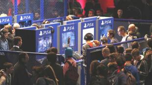 Giới trẻ chơi thử game trên PS4 tại hội chợ Paris Games Week 2016