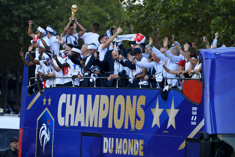 Các tuyển thủ Pháp vô đich thế giới diễu hành trên đại lộ Champs-Elysées ngày 16/07/2018.
