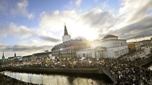 Depuis le début du Sommet de Copenhague, les manifestants pour un accord ambitieux contre le  réchauffement climatique, se rassemblent devant le Parlement.