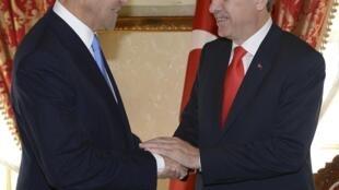 Secretário de Estado americano, John Kerry (esq.), encontrou-se com premiê turco, Recep Tayyp Erdogan.