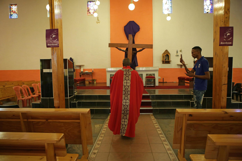 Padri wa Kanisa Katoliki nchini Afrika Kusini Aprili 9, 2020 huko Mabopane.
