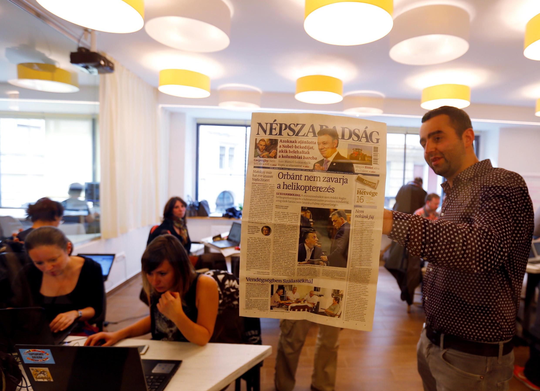 Các nhà báo của tờ Nepszabadsag xem ấn bản cuối cùng trước khi tờ báo bị đình chỉ, Budapest, Hungary, 10/10/2016