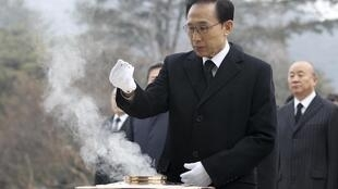 South Korean President Lee Myung-bak pays tribute at the National Cemetery in Seoul before resuming office business