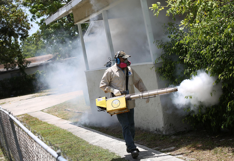 Homem usa pulverizador contra o mosquito Aedes aegypt