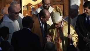 Le ministre algérien des Affaires religieuses, Mohamed Aïssa (cg), accueille le cardinal Angelo Becciu (cd), émissaire du pape, dans la chapelle de Notre-Dame de Santa Cruz, à Oran, lors de la cérémonie de béatification de 19 religieux, le 8 décembre 2018.