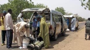 Fouille des véhicules à la frontière entre le Nigeria et le Niger.