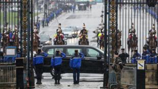 Le cortège arrive à l'Hôtel des Invalides.