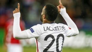 Alexandre Lacazette alifunga bao lake la kwanza kwa timu ya Ufaransa Jumapili Machi 29 mwaka 2015 dhidi ya Denmark katika uwanja wa St. Etienne.