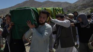 Похороны одной из жертв теракта в Кабуле 31 мая 2017 года.
