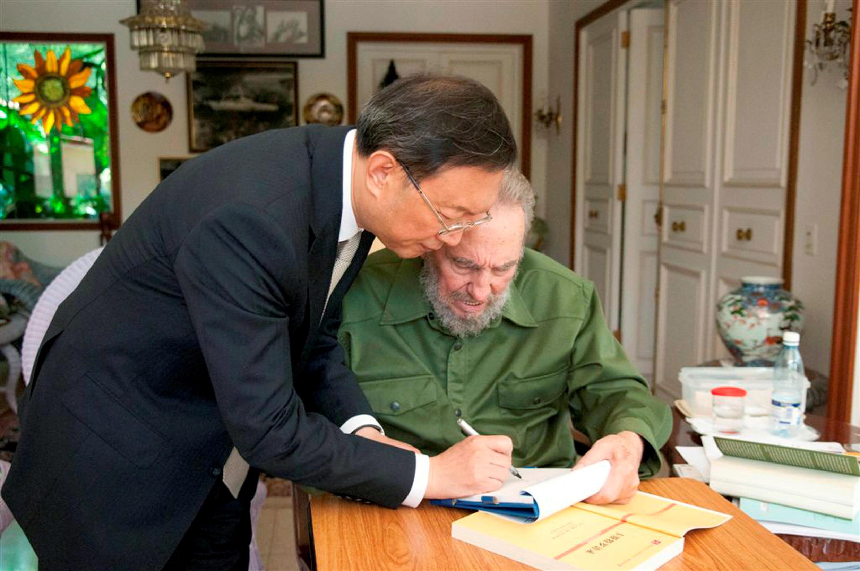 Le président cubain Fidel Castro et le ministre des Affaires étrangères chinois Yang Jiechi, lors d'un meeting à La Havane, le 1er août 2010.