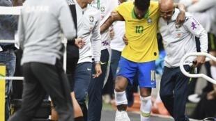 Neymar lesionado em Brasília aquando do jogo amigável com o Qatar a 5 de Junho de 2019.