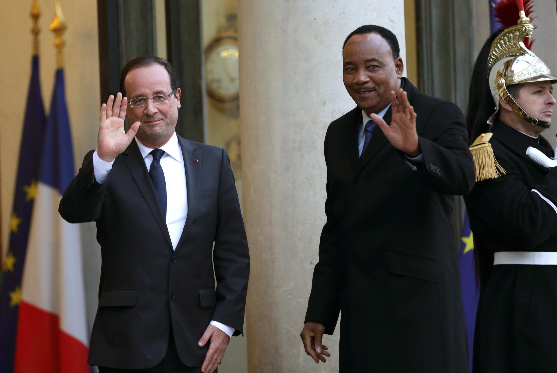 Le président François Hollande (G) et son homologue nigérien Mahamadou Issoufou au Palais de l'Elysée. Paris, le 15 novembre 2012.