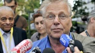 Daniel Cohn-Bendit répondant aux journalistes à son arrivée aux journées d'été du parti Europe Ecologie-Les Verts, le 18 août 2011.
