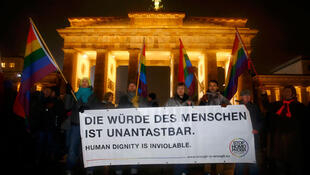 Des gens manifestent contre le mouvement anti-islam Pediga devant la porte de Brandenbourg à Berlin, le 12 janvier 2015.