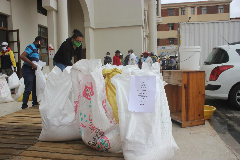 En plus d'un appui financier, des denrées alimentaires et de l'eau ont été distribuées à certains ménages malgaches vulnérables.