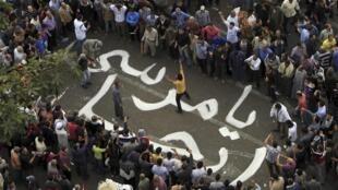 """Un mensaje en árabe que dice """"Morsi, vete"""" en medio de manifestaciones contra el presidente egipcio, el 23 de noviembre de 2012."""