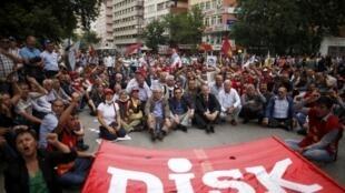 Các thành viên của Liên hiệp các nghiệp đoàn công nhân cách mạng Thổ Nhĩ Kỳ (DISK) tha gia cuộc biểu tình ở trung tâm  Ankara, ngày 17/06/2013