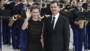 Asma al-Assad, esposa do presidente sírio, é criticada pela imprensa internacional por continuar comprando produtos de luxo durante a crise que seu país atravessa.